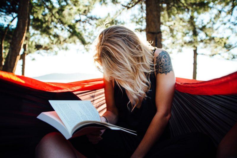 vrouw leest een boek, recensie